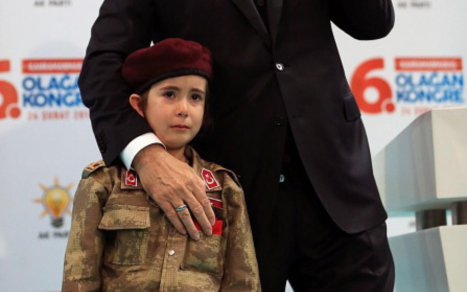 recept erdogan, presedintele turcia, copil soldat in lacrimi, razboi turcia, curzii din turcia