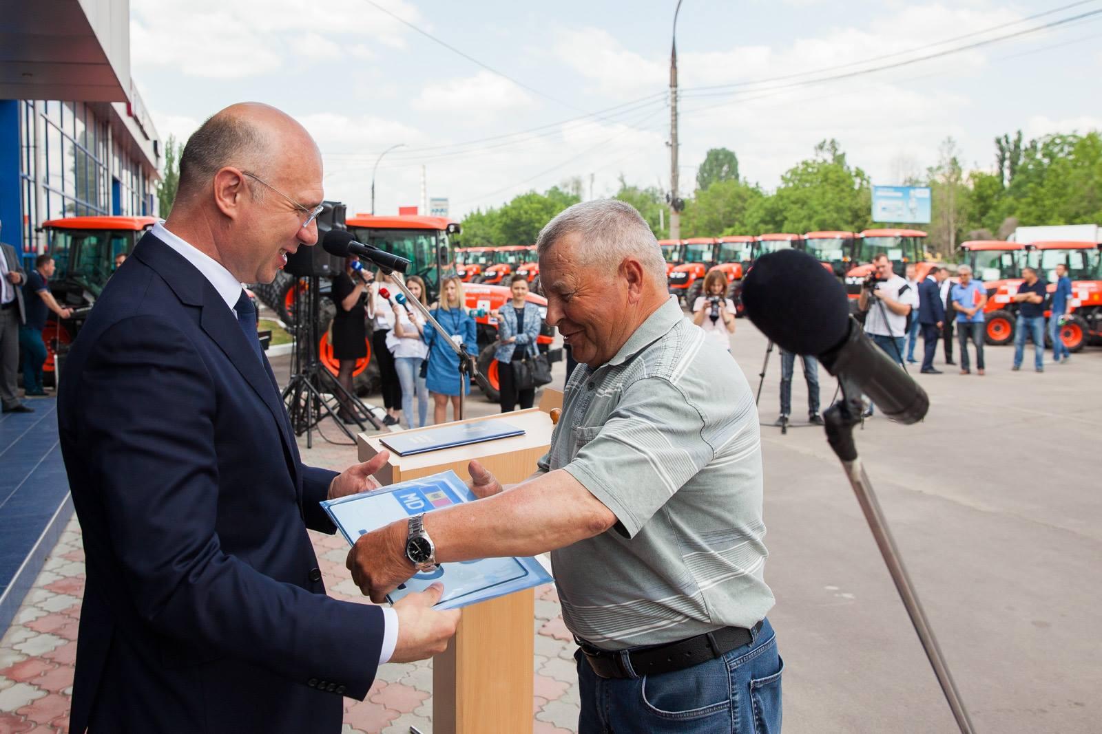 pavel filip, Guvernul Japoniei va transmite 106 tractoare fermierilor moldoveni
