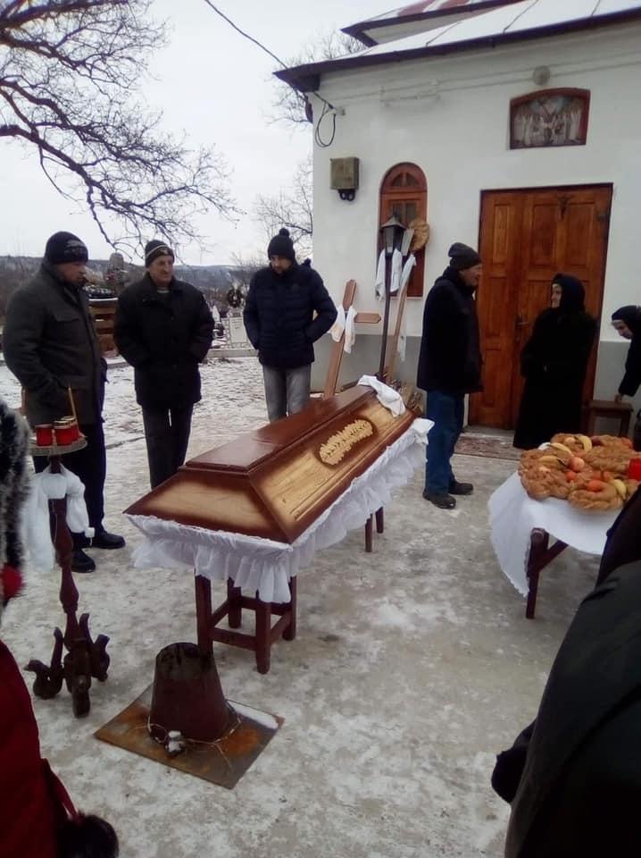bătrână decedată ținută în fața bisericii, preotul refuză să îngroape un mort, nu și-a plătit taxa către biserică, taxe în biserică, cât costă o înmormântare, taxă pentru înmormântare