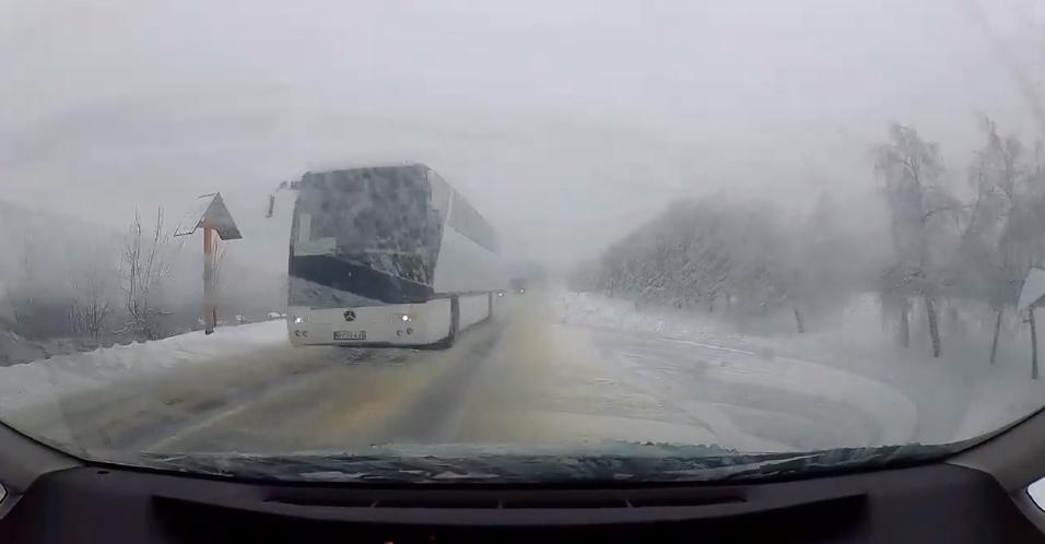 Cum a scăpat un șofer de impactul frontal cu un autocar, toyota prius, masini soferi drumuri moldova, accident rutier, drum iarna chisinau