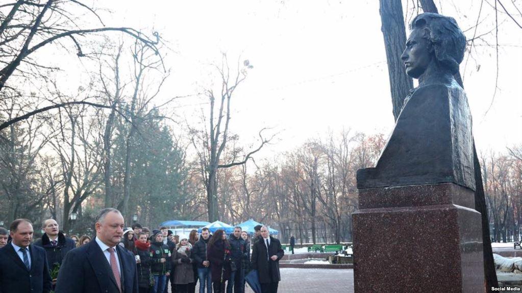 Președintele Republicii Moldova, Igor Dodon, depune flori la bustul marelui poet Mihai Eminescu, psrm, socialistii moldova, ion ceba si zianida grecianii, ziua culturii nationale 15 ianuarie