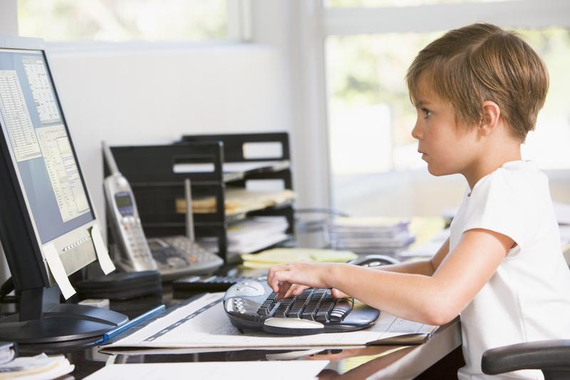 Cu o oră înainte de culcare, părinţii trebuie să interzică accesul copiilor la dispozitivele electronice, copii si calculatorul, telefon mobil copil, noile tehnologii si noile generatii de oameni, sanatate in familie