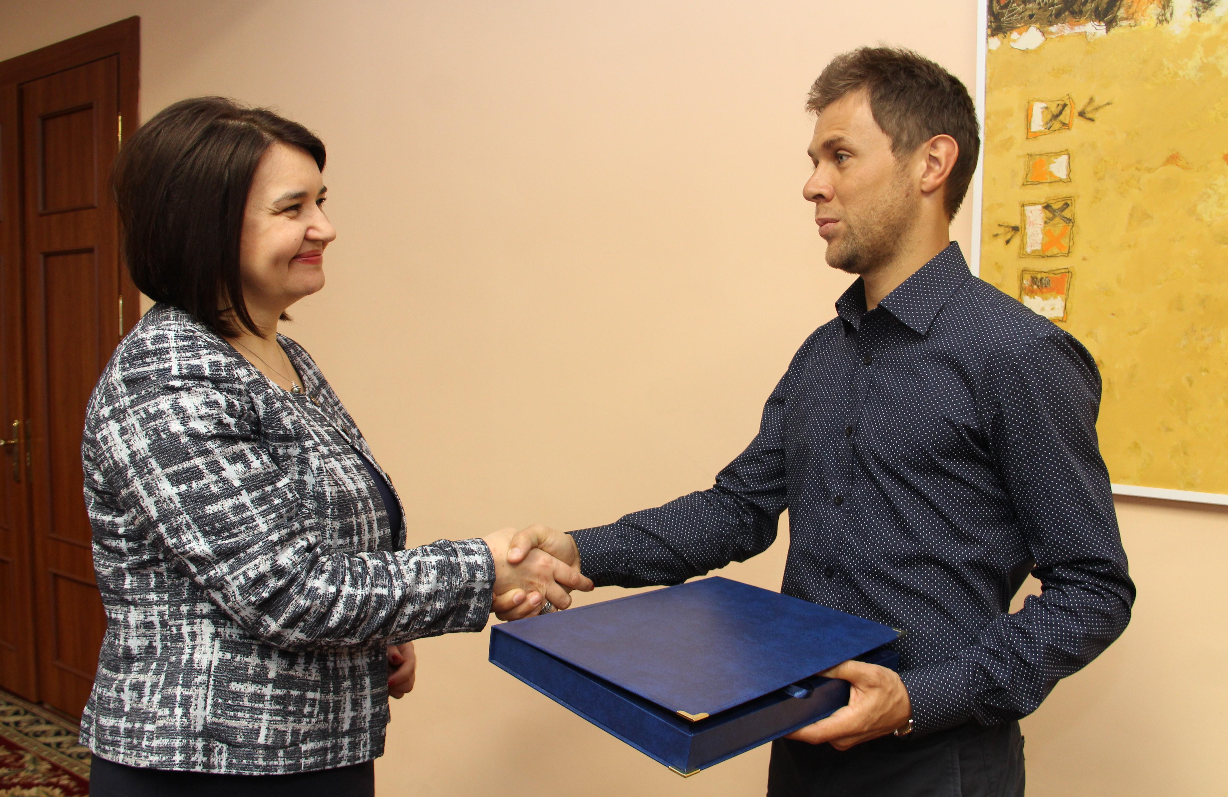 Tenismanul Radu Albot a fost premiat de ministra Monica Babuc, 50 000 de lei pentru succesele obținute în SUA, guvernul filip, pdm plahotniuc, partidul democrat din moldova, sport moldova