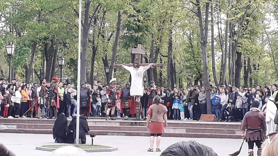 Iisus Hristos a fost ieri răstignit chiar în centrul Chișinăului, iuda l-a vindut pe isus, pastele la crestini, invierea domnului, oua rosii si pasca, crestinii din moldova, religie biserica,