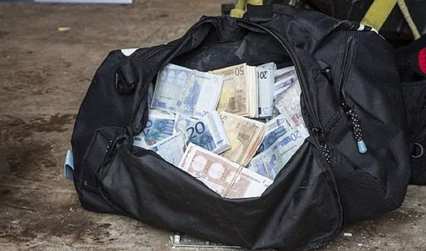 Un tânăr a găsit o geantă plină cu euro în toaleta unei benzinării, Ce a făcut după asta, a gasit o geanta plina cu bani, a pierdut 100 e mii de euro,